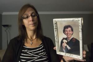 Vingt-cinq ans après la tuerie de l'École polytechnique, Lucie St-Arneault parle avec tendresse de sa soeur Annie. Elle accepte de plonger dans ses souvenirs avec l'espoir qu'on n'oublie jamais les quatorze jeunes femmes qui y ont laissé leur vie. PHOTO: STÉPHANE LESSARD